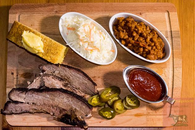 Brisket Teller Cornbread Krautsalat BBQ Beans BBQ Sauce Jalapenos